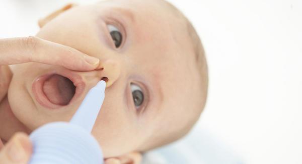 Como limpar o nariz do bebê com soro fisiológico e seringa